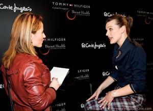 Milla Jovovich contestando a las preguntas de VidasDeCine.com